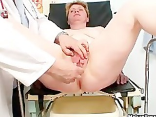 corpulent housewife gets her snatch wide opened