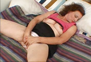 pandora milf plays with herself