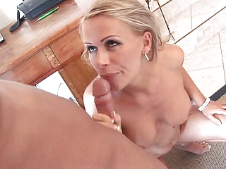 milfy blond mamma at home flaunting her booty