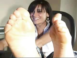 mother i showing feet on cam
