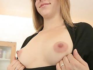 elyse older natural hawt fingers in her pussy