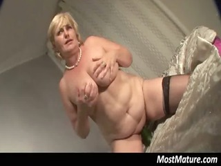 bulky mature lady uses cucumber in pussy