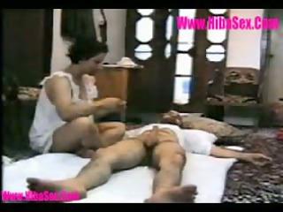 arabe mature baise sur le tapis du salon
