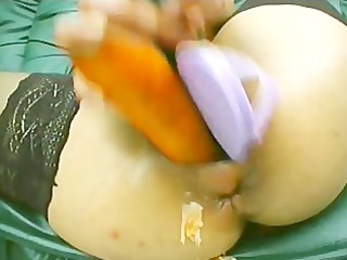 milf is streching her snatch to the maximum