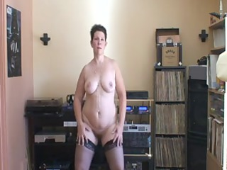 older babe with a corpulent ass dancing on her