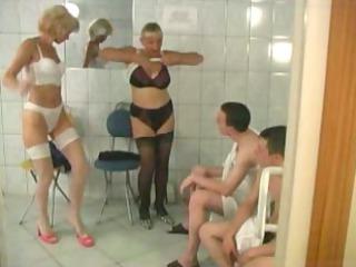 10 matures et 0 jeunes dans un sauna