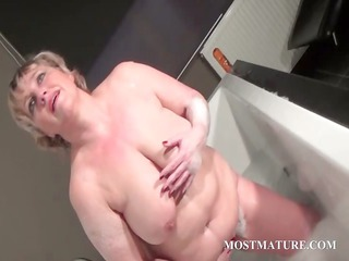 older bitch dildoes snatch in bathtub