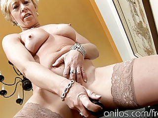 aged housewife fucks vibrating sex-toy